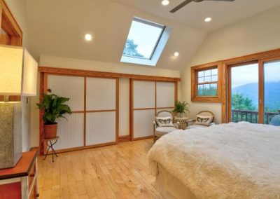 white-cover-on-the-bed-badroom-Mountaintop-rentals